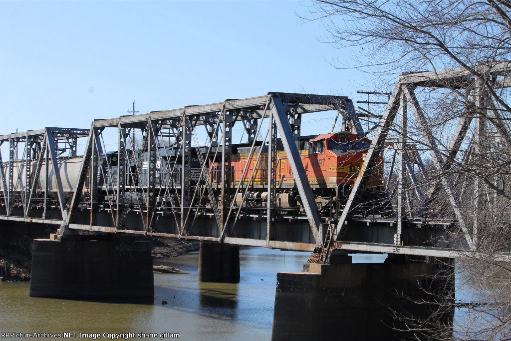 BNSF 4697 leads the memgal north across the river.