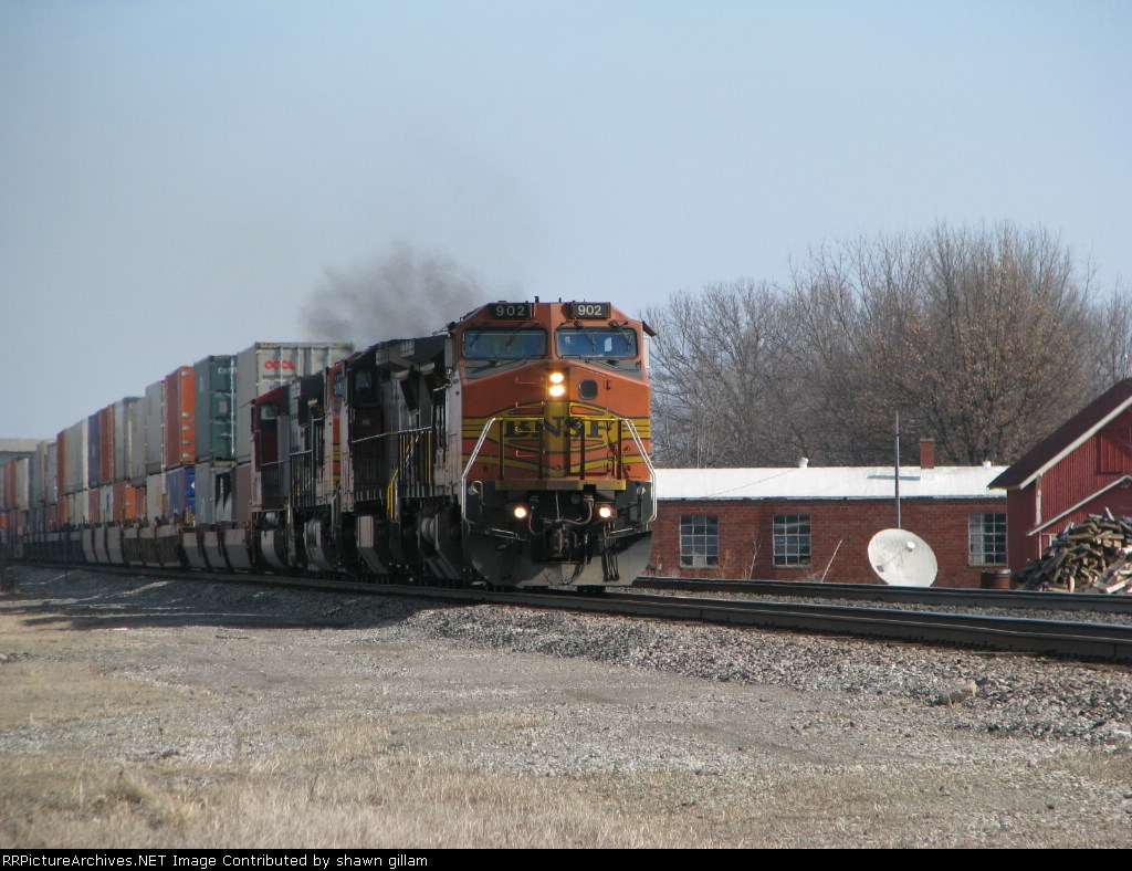 BNSF 902 westbound in a hurry.