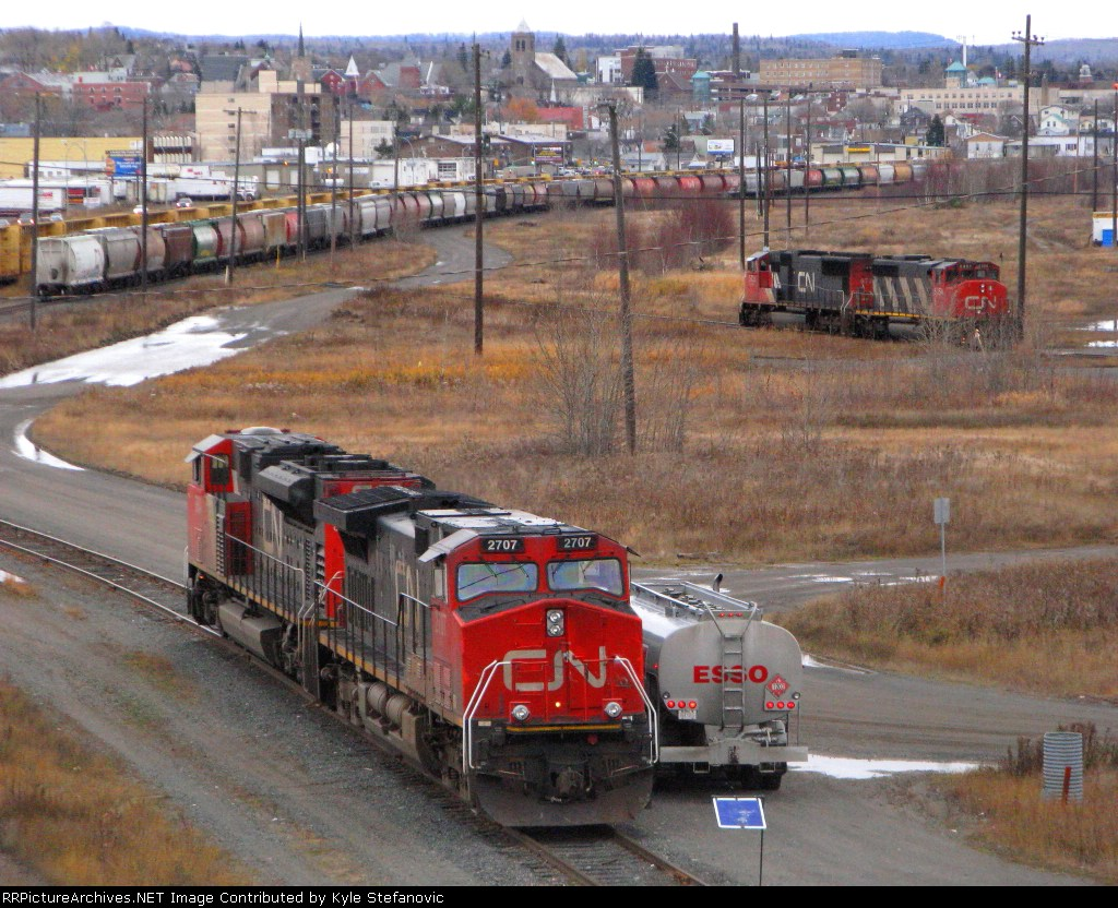 Two CN power sets up at Thunder Bay North