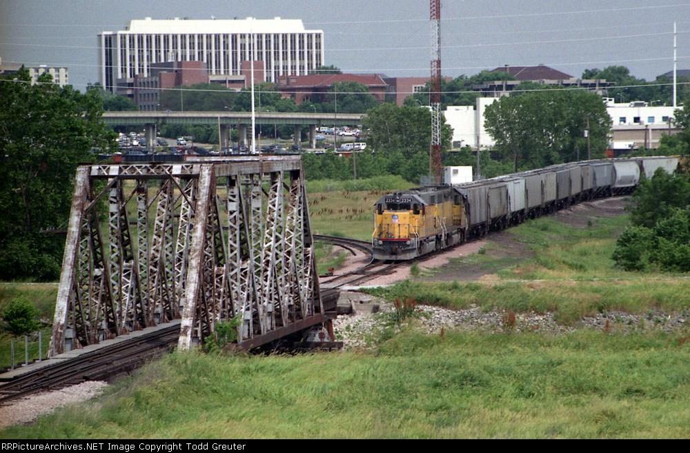 UP 2334 approaches the Salt Creek Bridge
