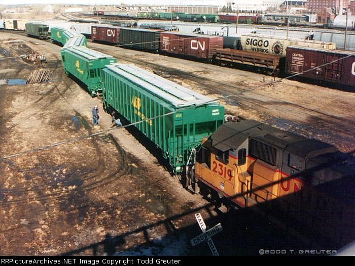 UP 2319 assists derailed grain cars