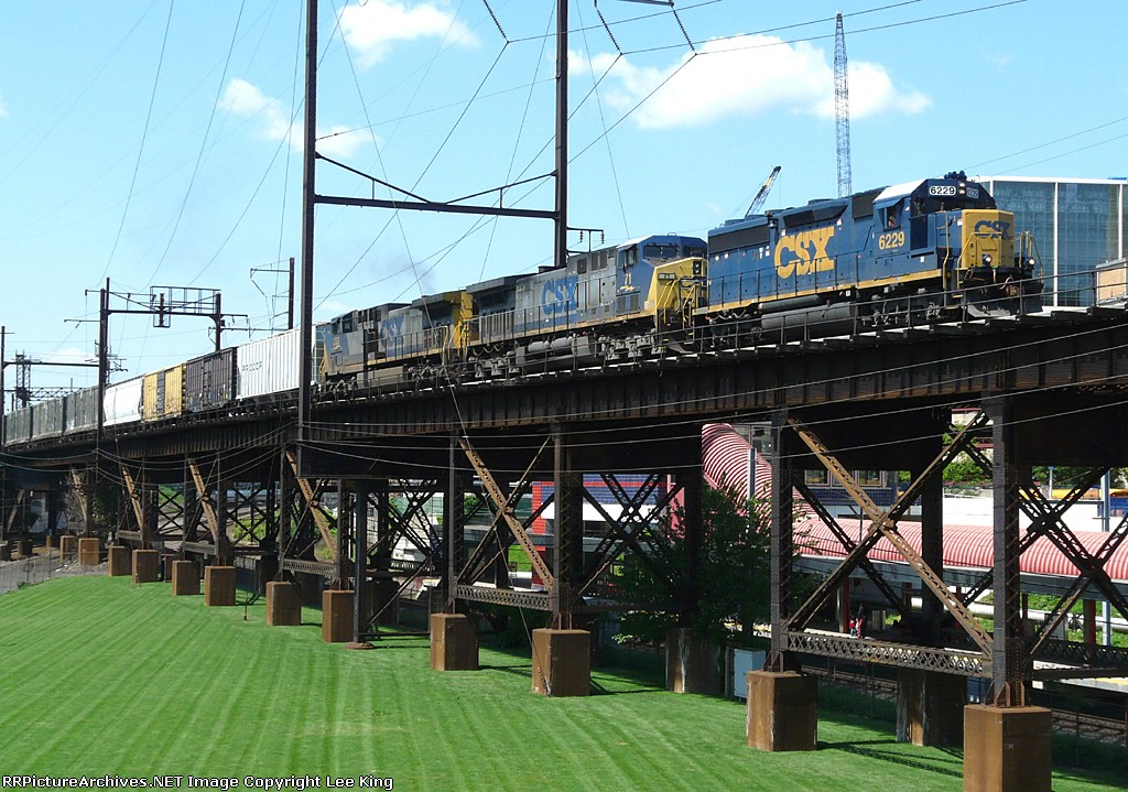 CSX 6229 Curious Leader For Q300