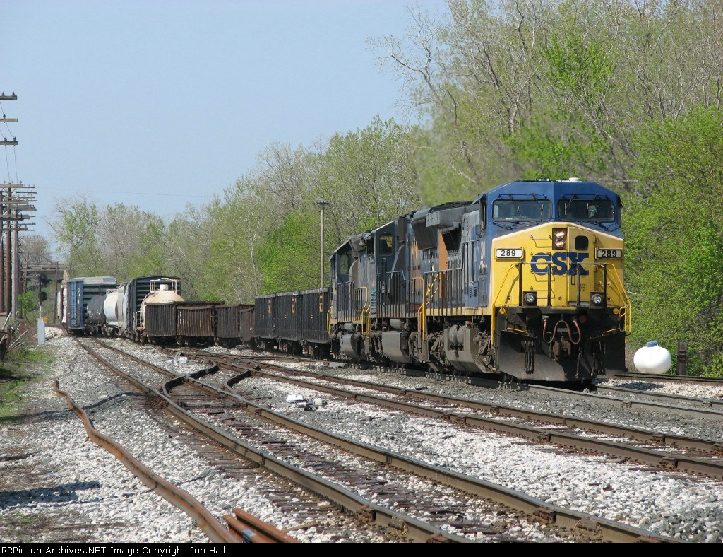 CSX 289 leads Q326-05 into the yard