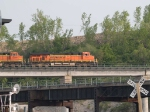 BNSF 7517 leads a WB doublestack at 6:34pm