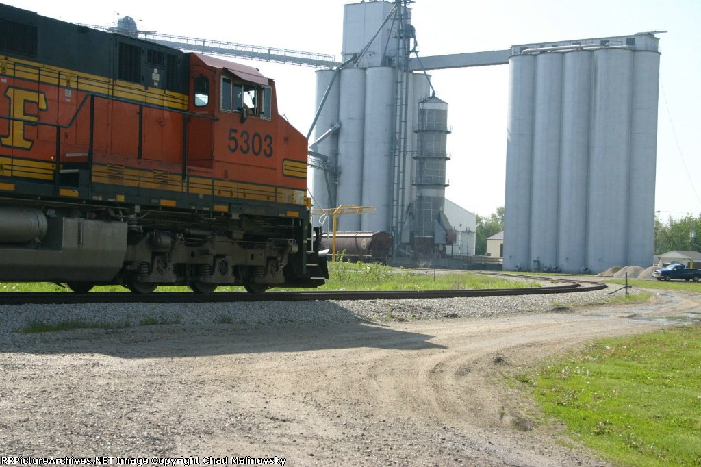 BNSF 5303 chasing its tail