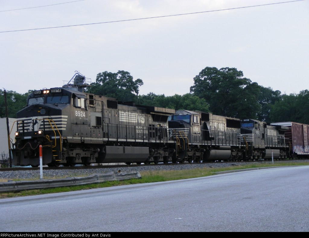 A look at the consist behind NS 8924