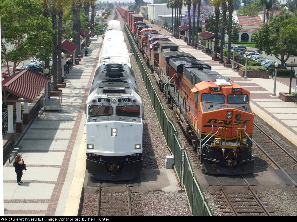 Metrolink F40PH #800 w/ CabCar #637 heading to Oceanside