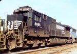 NS 8885 in consist