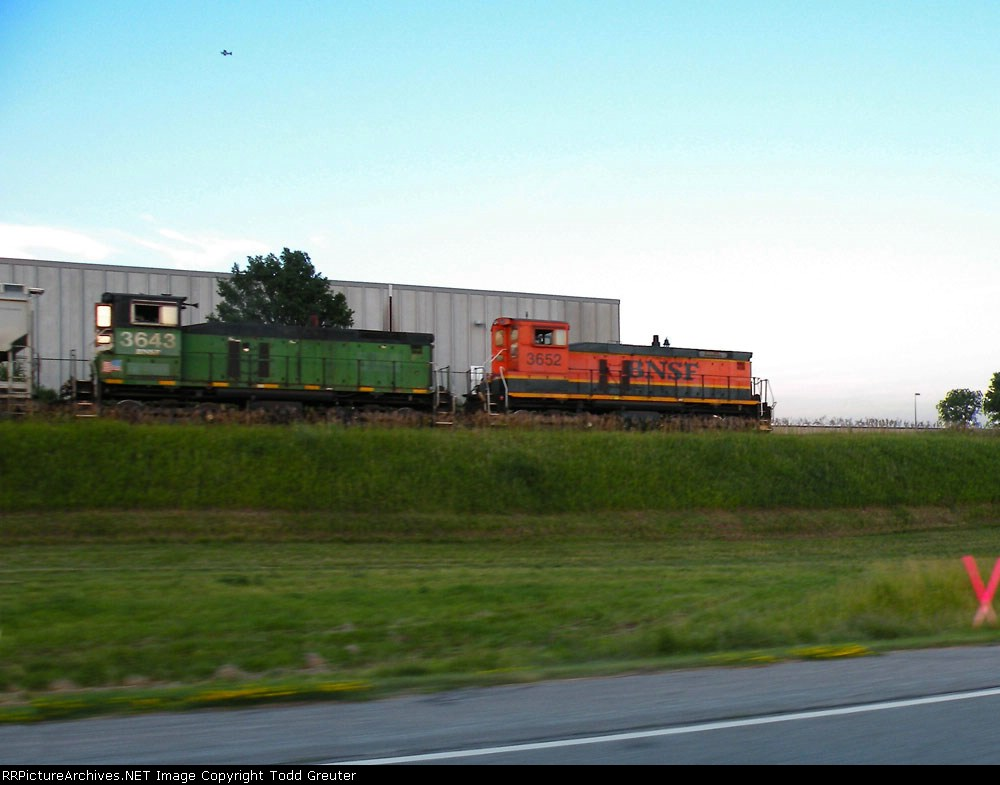 BNSF 3643 & 3652 on the UP at the Airport