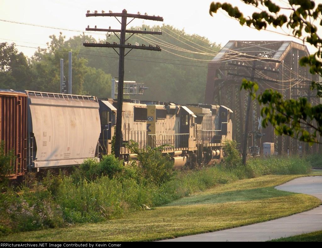 CSX 9020, 8100, 8551 lead Q534 toward the Barren River Bridge 7/18/08