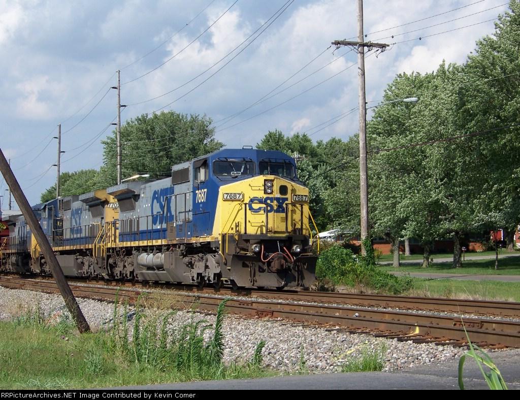 CSX 7687 and Q525 sit just north of Emmitt Drive around 4:30pm 7/22/08