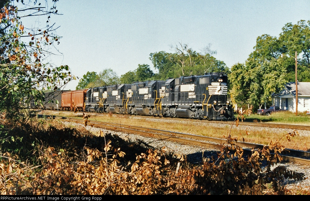Geeps leading an eastbound