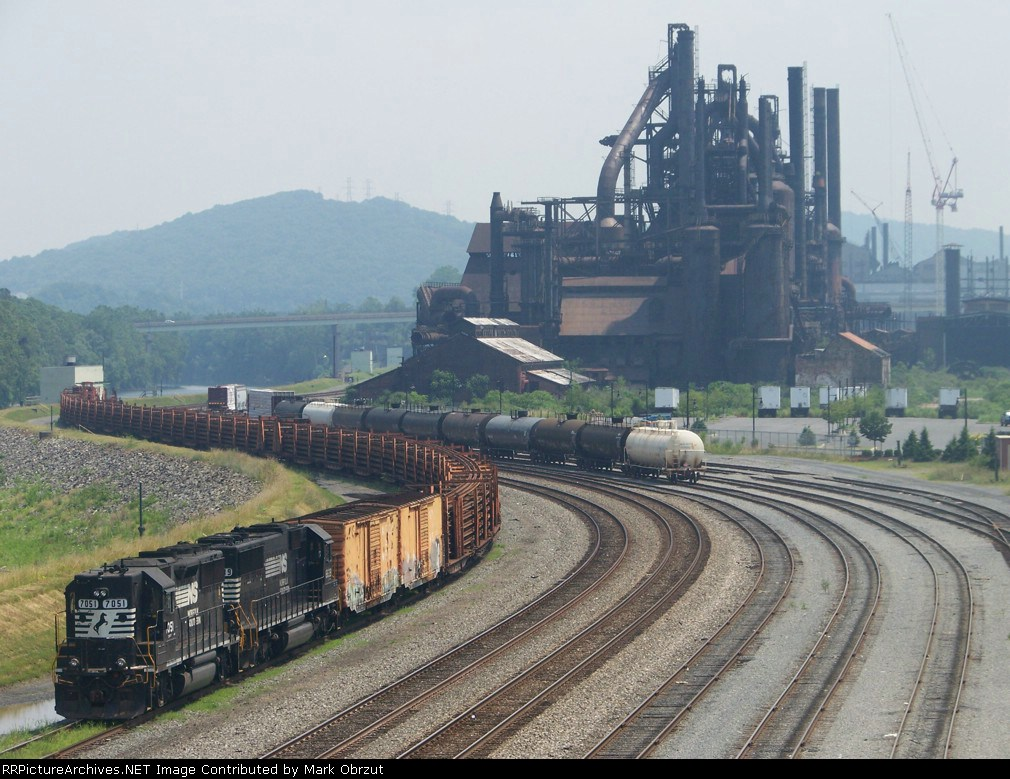 Norfolk Southern 7051 and 6639