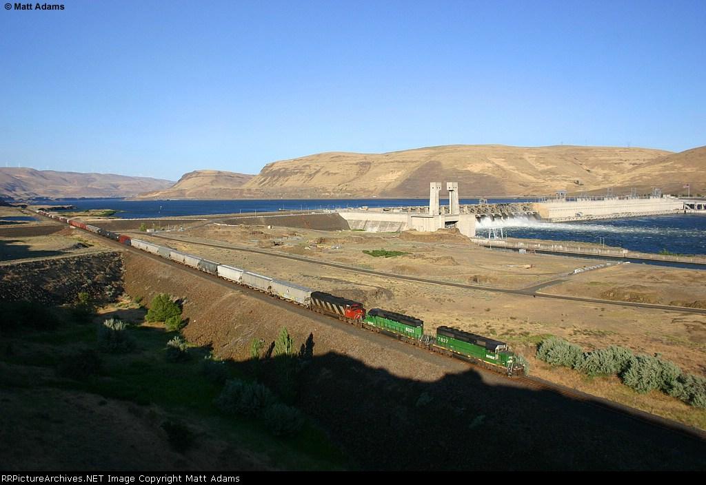 BNSF M-PASINB1-18A passing the John Day Dam