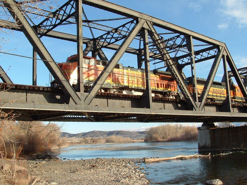 BNSF 553 B40-8W crossing the Yellowstone River