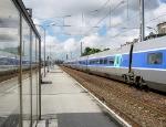 SNCF TGV en Gare SNCF Calais Ville. Train Vitesse pour Paris Gare du Nord. SNCF TGV with Fast Train for Paris Gare du Nord in the SNCF Station