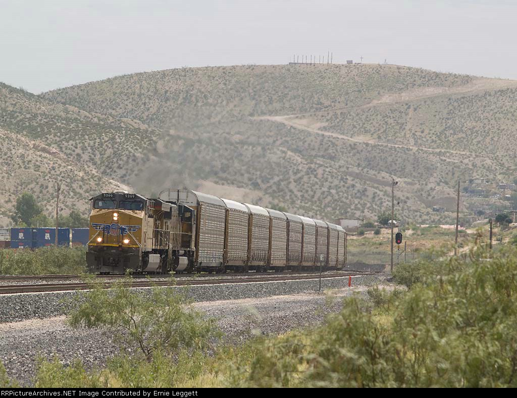 UP 5269 leads a WB autorack/doublestack at 11:54am