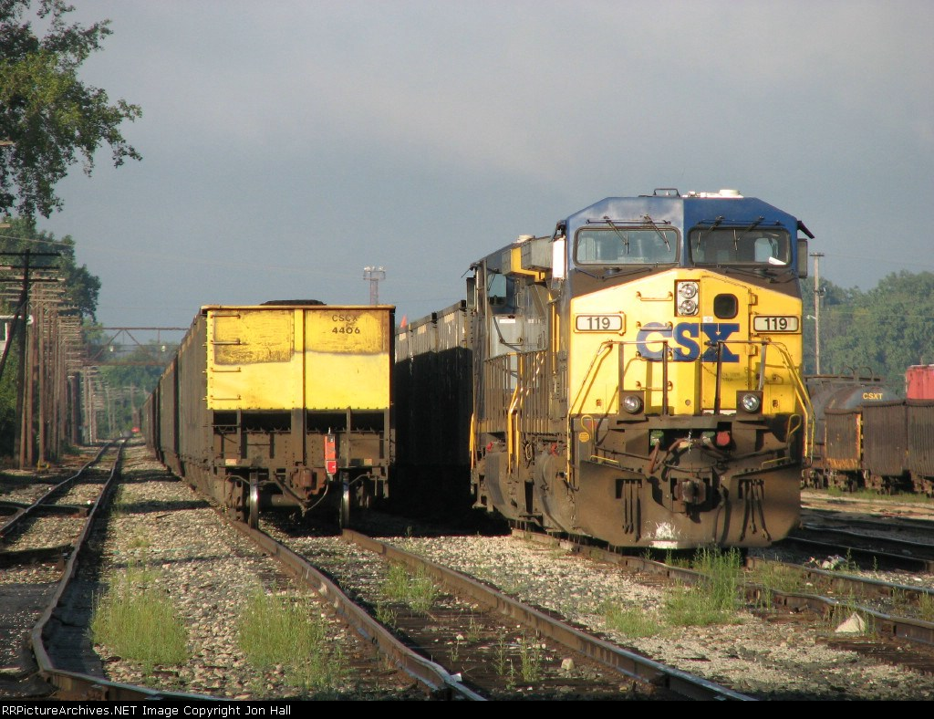 E848 waits in the yard next to the rear of N914