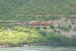 Metalero subiendo junto al rio Balsas a la altura de la presa del Infiernillo. Al tronco 2 ES44 y 1 AC44, DPU 2 ES44. 70 piezas, 8000 tons aprox.