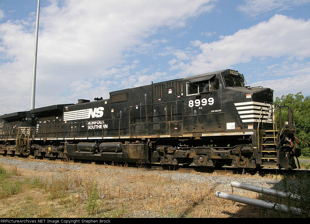 NS 8999 enjoying a quiet Sunday morning in the sun on 8/10/2008
