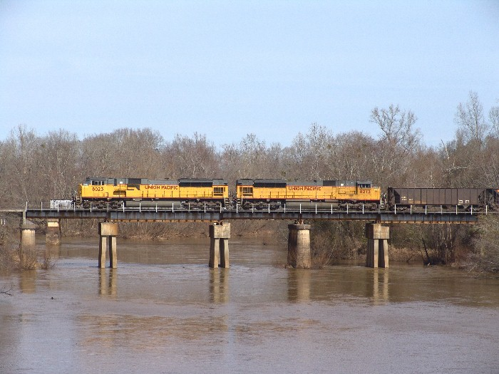 UP 8023 & UP 8272 crossing the Flint River