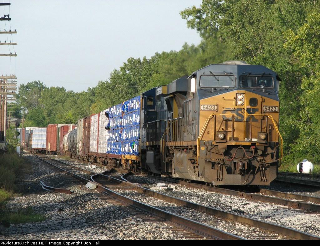 CSX 5423 rolls onto 2 Track with Q326-19