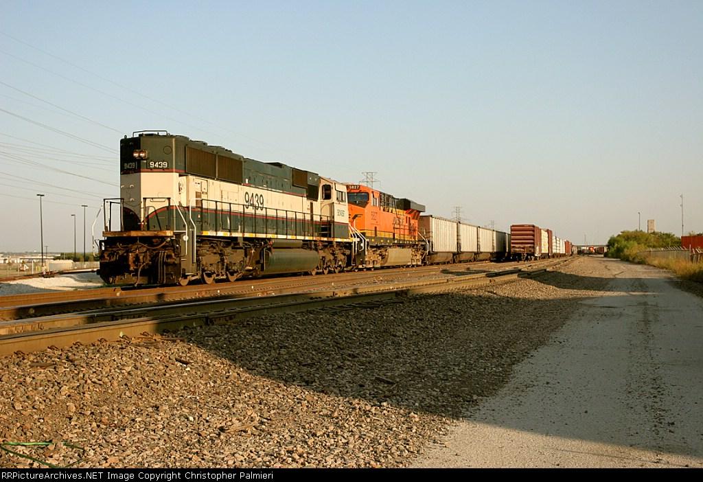 BNSF 9439 and BNSF 5827