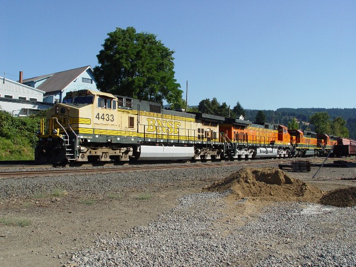 Faded paint on BNSF 4433