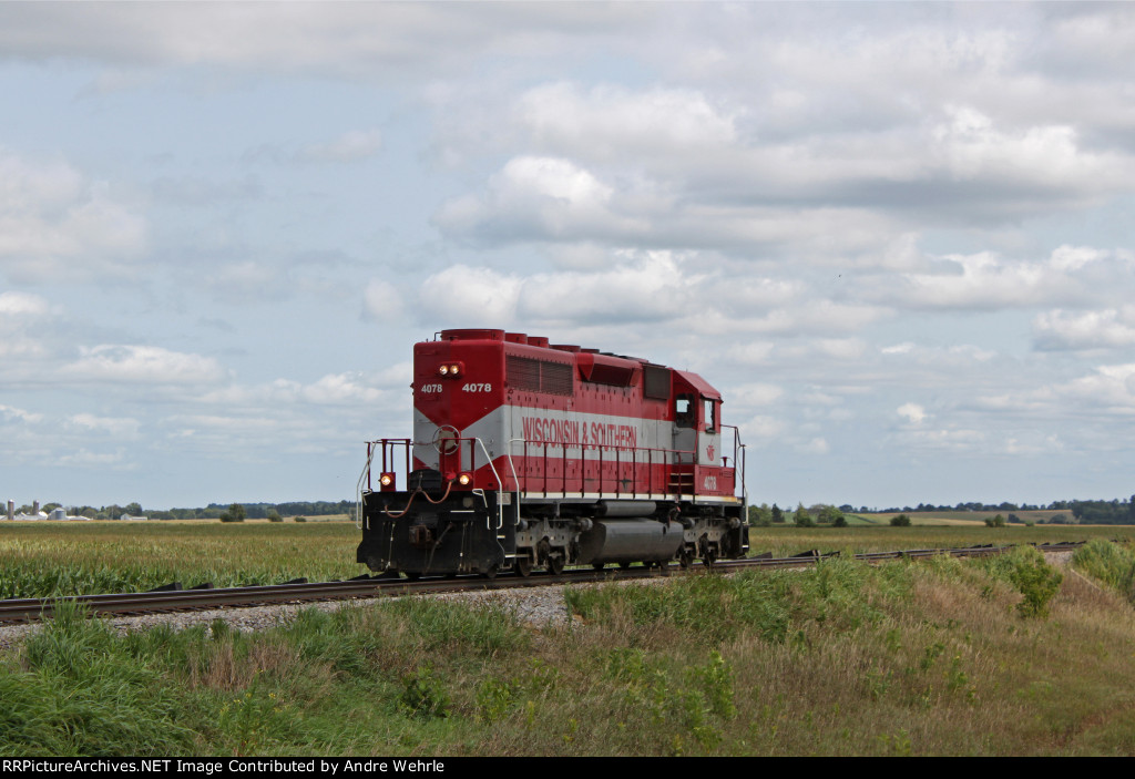 WSOR 4078 light engine and LHF trundles back to Jville from Bardwell