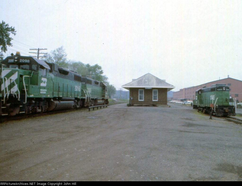 1183-35 Northbound BN taconite ore empties pass depot