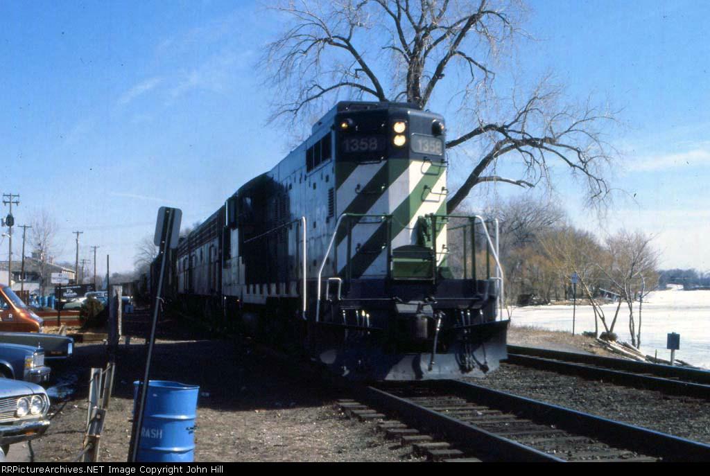 1147-01 Westbound BN freight passes Lake Minnetonka near Harts Cafe