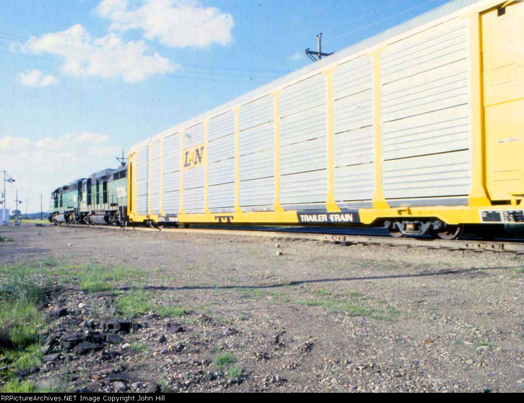 1181-09 Westbound BN freight passes Newport Tower