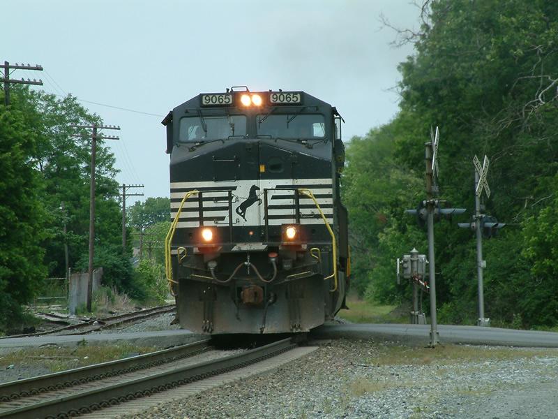 NS 9065 leads a SB intermodal train