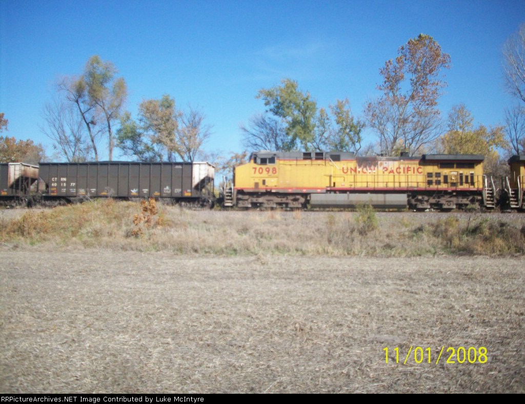 UP 7098 and CTRN 601577