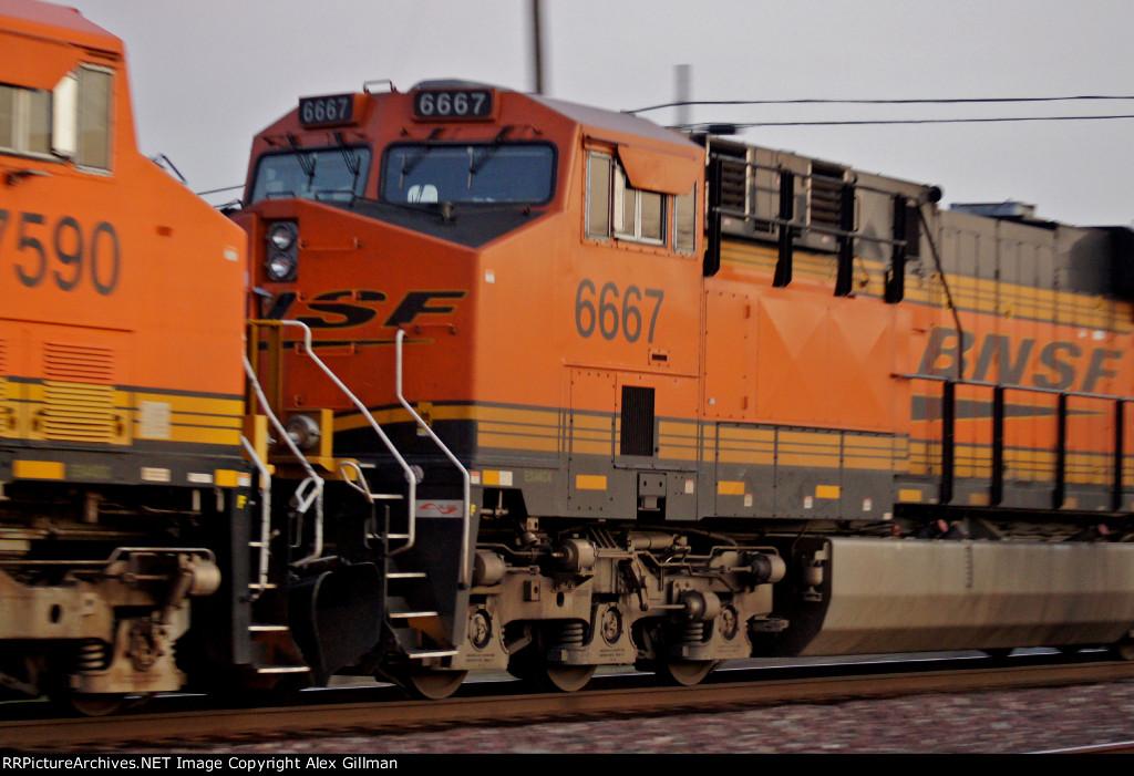 BNSF 6667 Eastbound, Cab/Pan-Shot