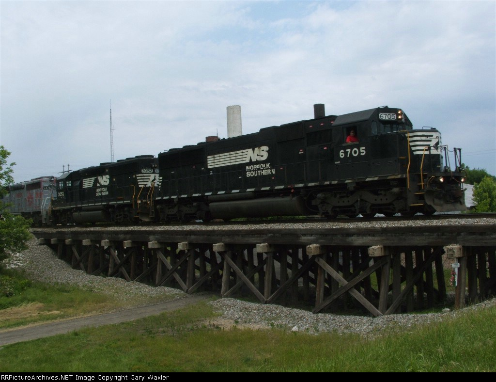EB NS train with a suprise engine