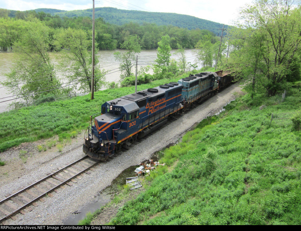 Like the B&P takeover never happened, the two Allegheny GP40's lead a train back into Warren Yard