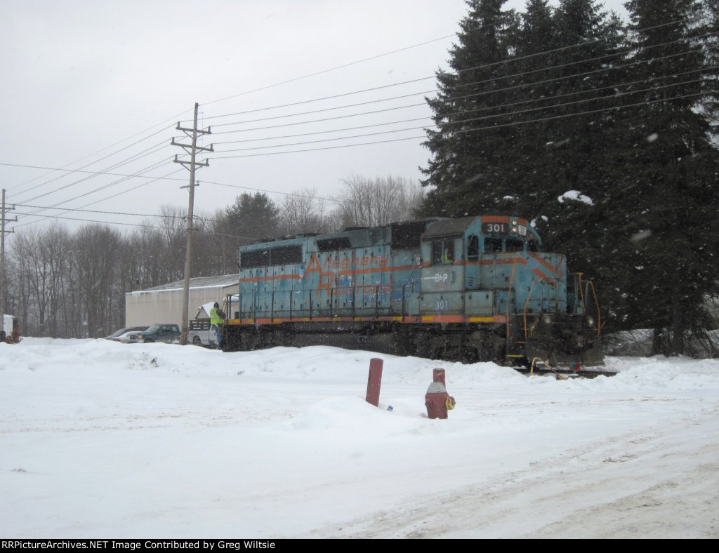 BPRR 301 switches Warren Railcar while snowflakes fall