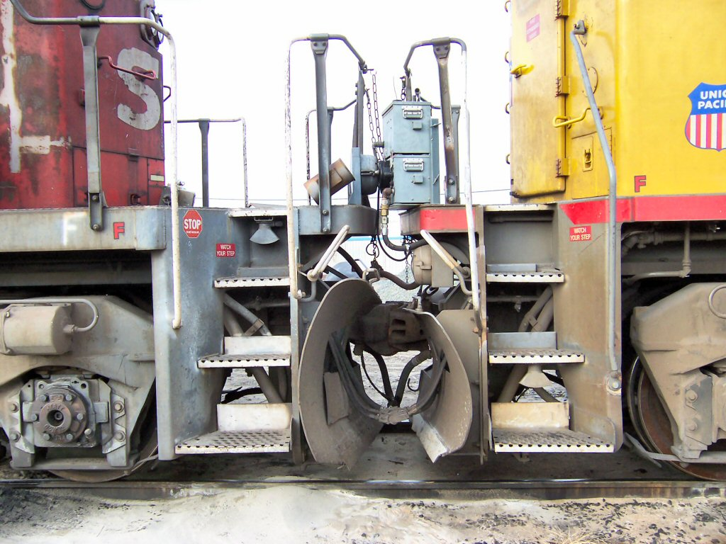 UP 2491 & SP 8283 coupling