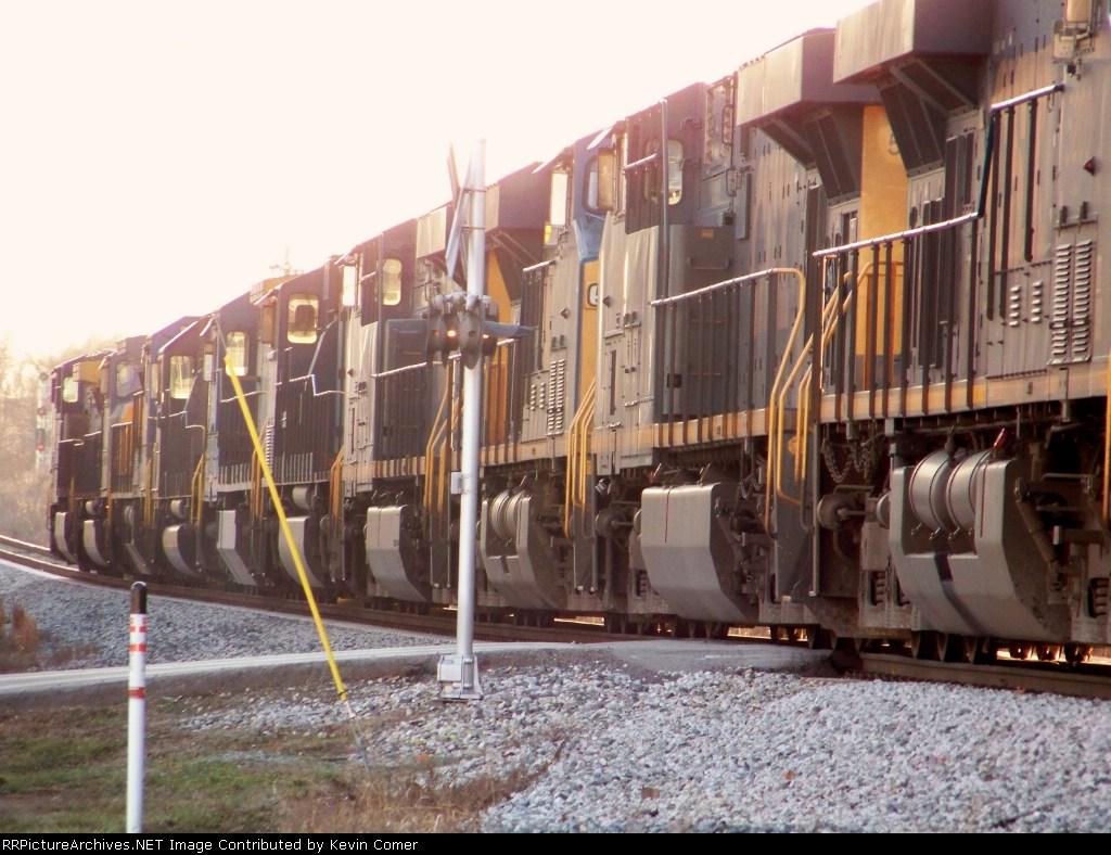 10 locomotives on Q525 stretch across Memphis Junction Road 1/2/2009
