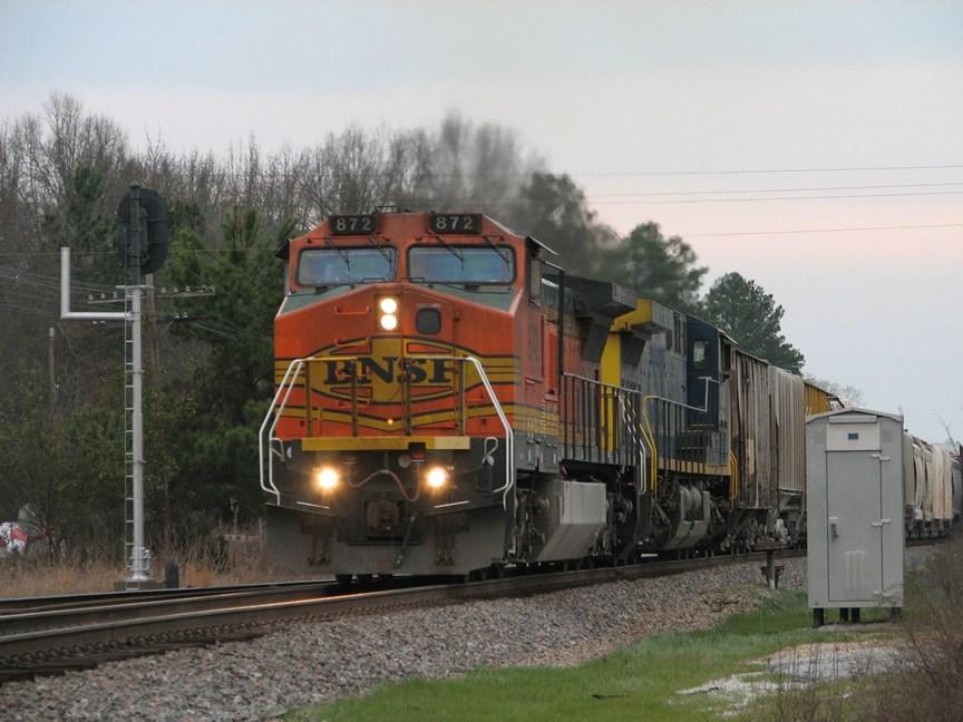 Mar 8, 2006 - BNSF 872 leads Q676