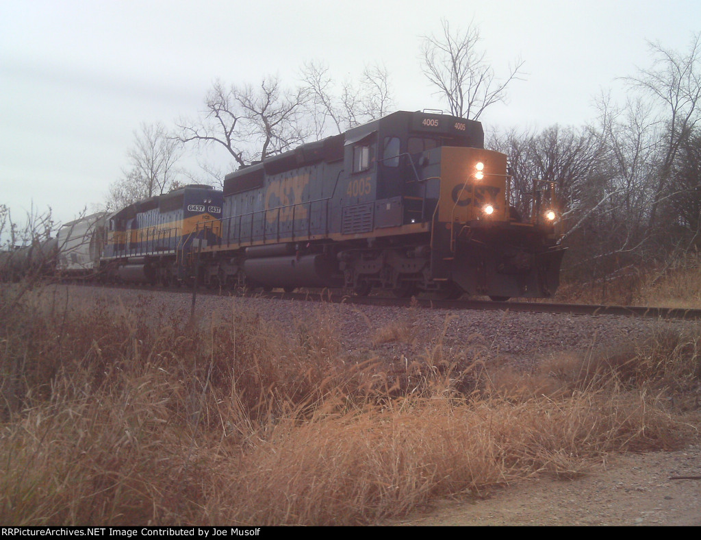 CSX 4005 waiting for a crew change