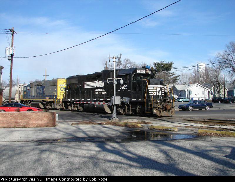 NS 5285 and CSX 2738