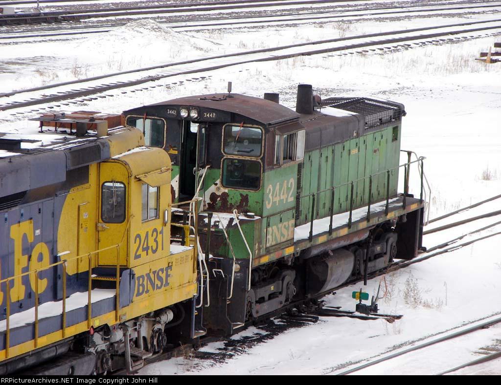 090101007 BNSF 3442 stored dead at Northtown diesel shop