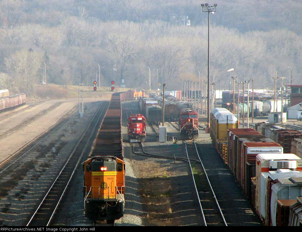 091121019 Eastbound BNSF all-rail taconite ore train passes Daytons Bluff Yard
