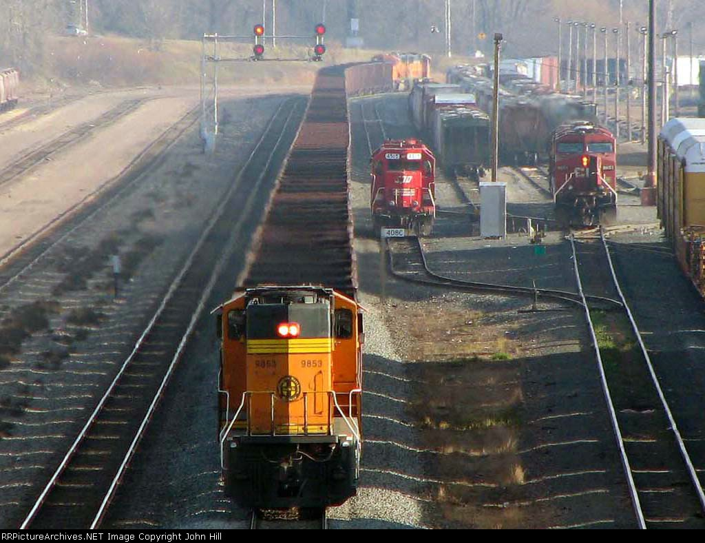 091121019a Eastbound BNSF all-rail taconite ore train passes Daytons Bluff Yard