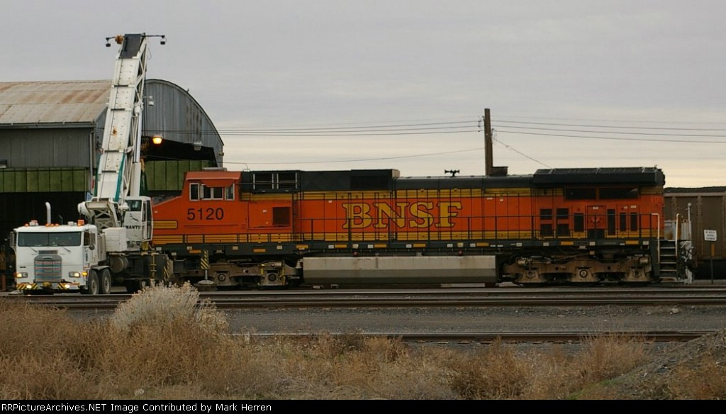 BNSF 5120 gettin'a  Lift