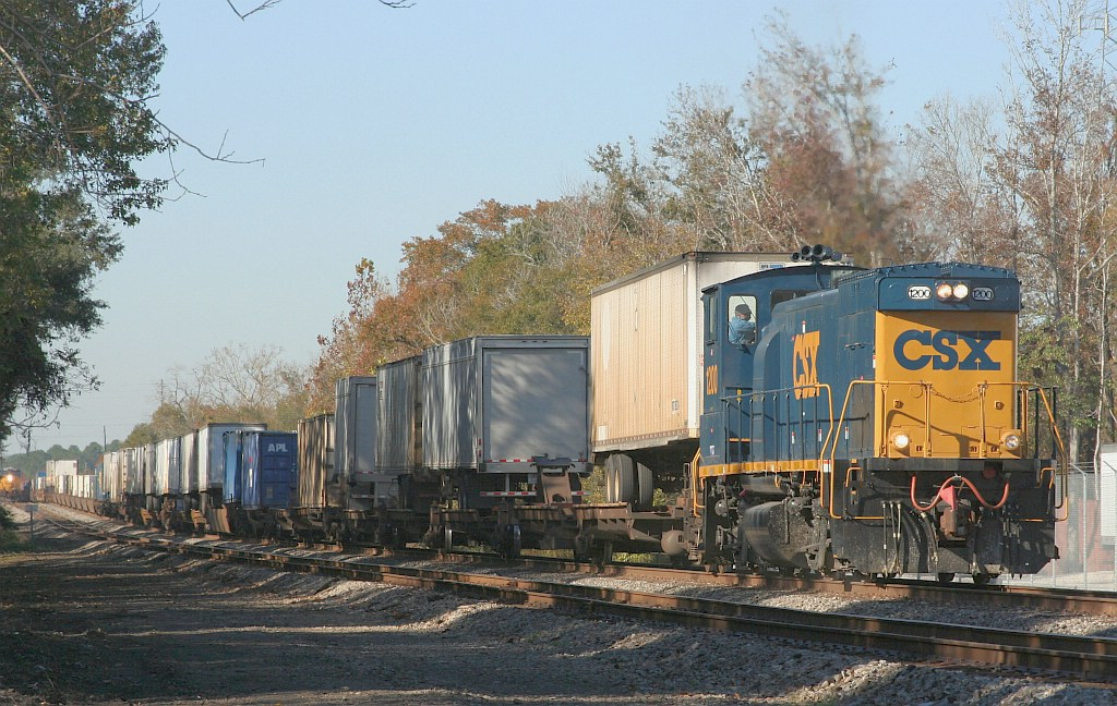 CSX 1200 leads intermodal to Moncrief