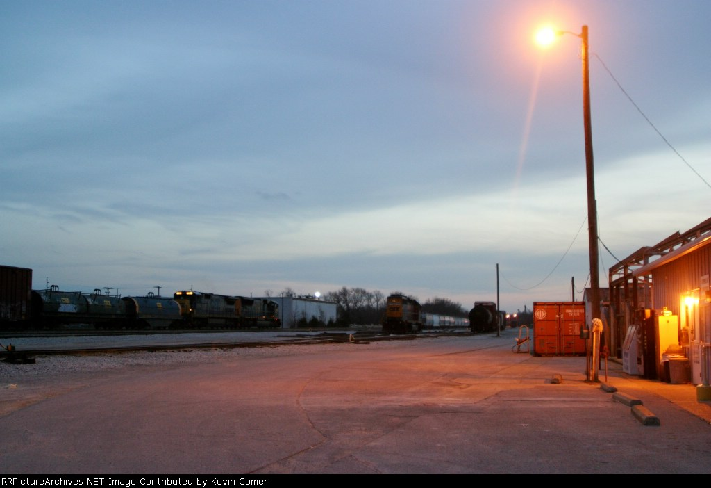 CSX 4802/7594 start thier work with Q275 south at Memphis Junction Yard at dark 3/7/09