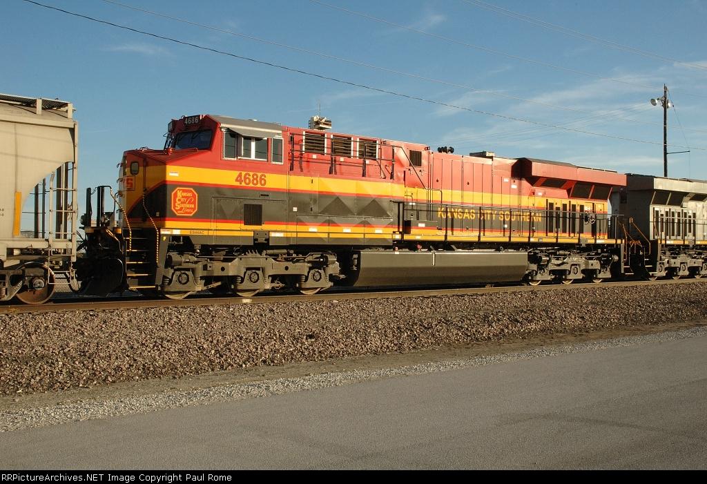KCS 4686, GE ES44AC, grain train power at the Bartlett Grain elevator
